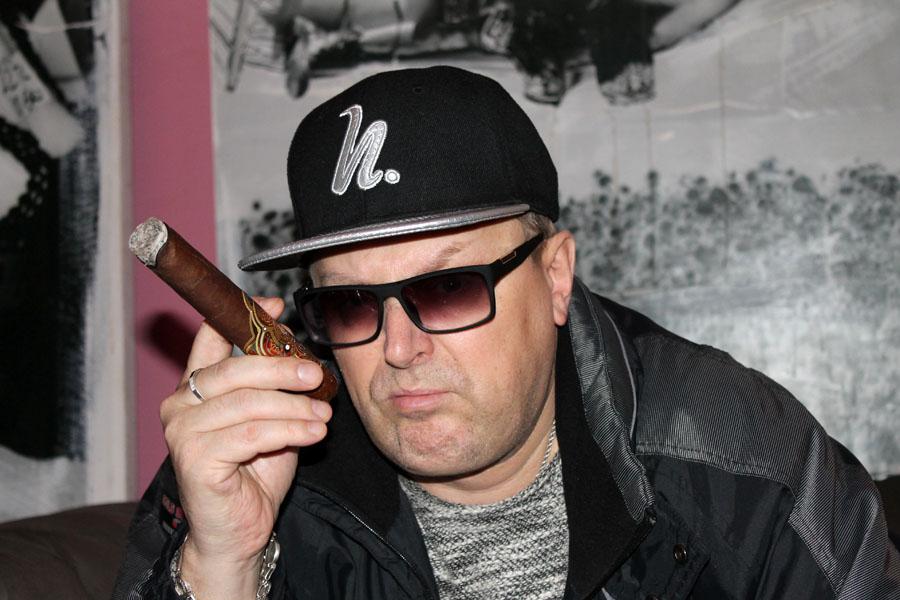 поэт Александр Белов пишет книги и курит сигары SIGLO DE ORO