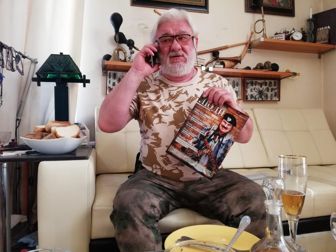 художник Александр Дёмин читает журнал КЛУБ ДЕЛОВЫЕ ЛЮДИ