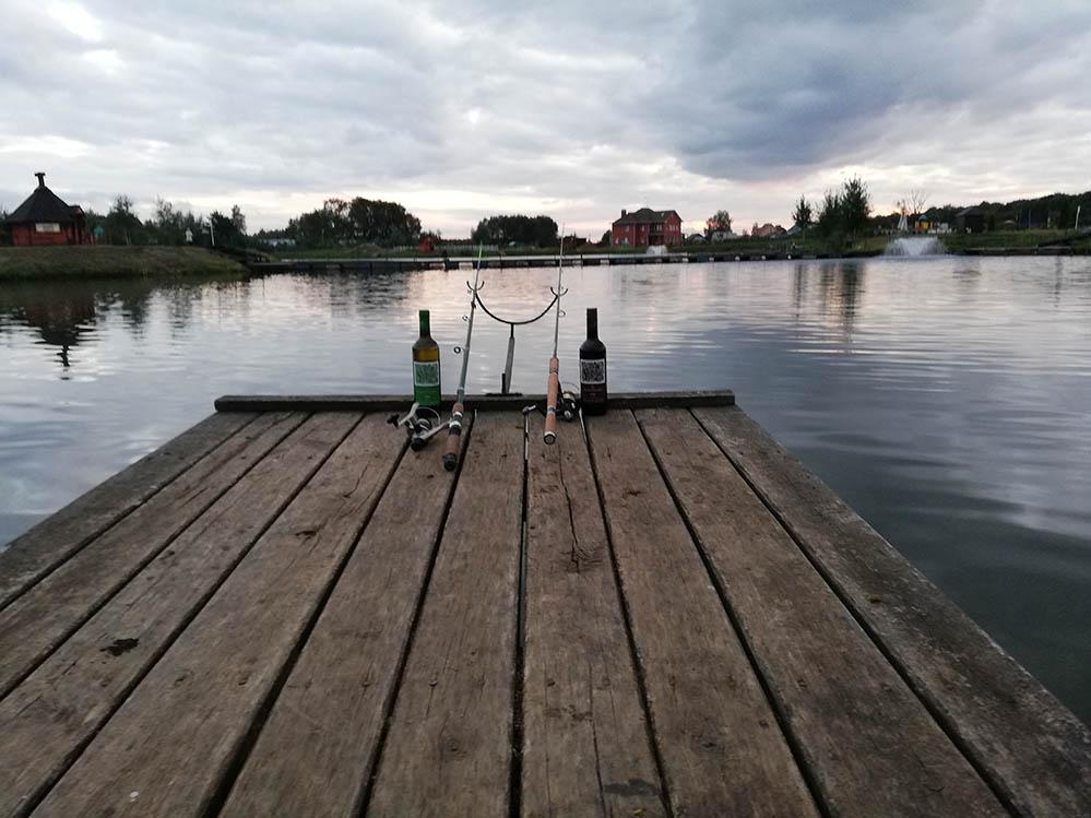 участники ОЧЕНЬ ДЕЛОВОЙ РЫБАЛКИ на озере ПОНТИ пили вино от MBG