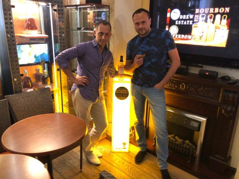 Сигары и алкоголь — Сигарная Лига  представляет! светильник из оникса с логотипом СИГАРЫ И ВИСКИ в подарок от компании КАМ