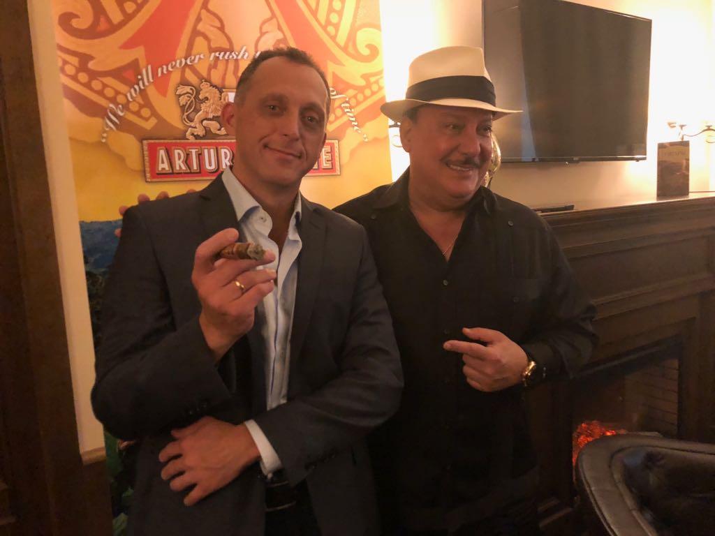 гость  салона СИГАРЫ И ВИСКИ… Карлито Фуэнто. Производитель сигар «Артуро Фуэнто».
