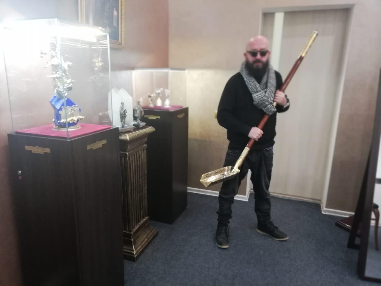 Совковая лопата за 15 000 долларов — удивительный подарок для ОЧЕНЬ ДЕЛОВЫХ ЛЮДЕЙ!